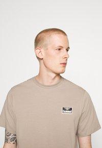 Hummel Hive - FERIE UNISEX - T-shirts med print - driftwood - 5