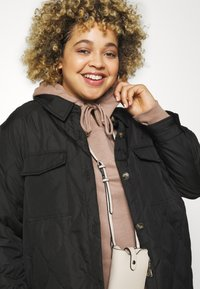 Vero Moda Curve - VMSIMONELOA SHIRT JACKET - Light jacket - black - 3