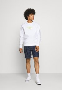 Tommy Jeans - LIGHTWEIGHT CREW - Mikina - white - 1