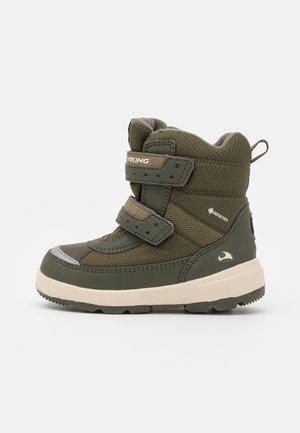 PLAY II GTX UNISEX - Winter boots - huntinggreen