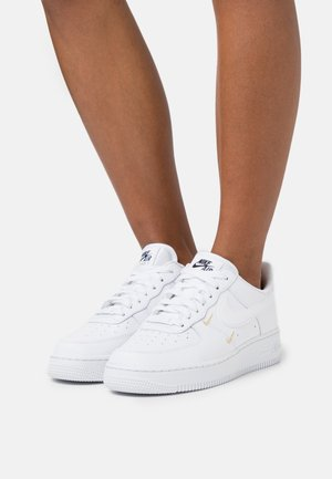 AIR FORCE 1 - Sneakers - white/metallic gold/black