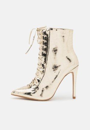 SAVIOUR - High Heel Stiefelette - gold