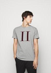 Les Deux - ENCORE  - Print T-shirt - grey - 0
