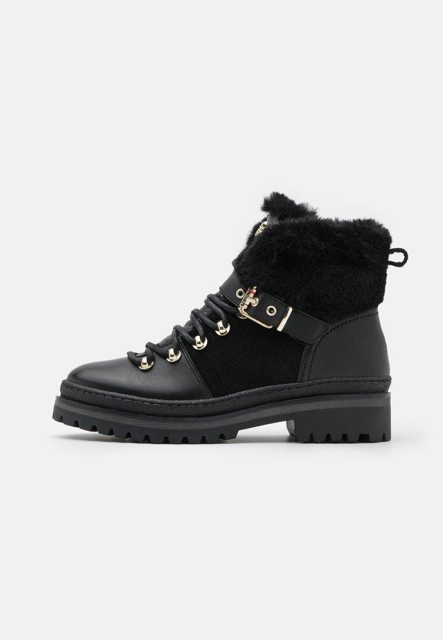 NORTH  - Šněrovací kotníkové boty - black