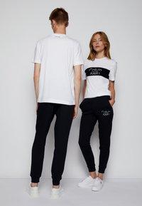 Calvin Klein - COLORBLOCK UNISEX - Printtipaita - bright white - 2