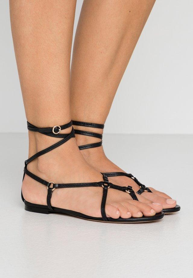 LOUISE STRAPPY FLAT RINGS - Sandaler m/ tåsplit - black