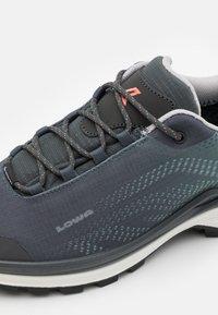 Lowa - ZIRROX GTX LO  - Zapatillas de senderismo - grey/jade - 5