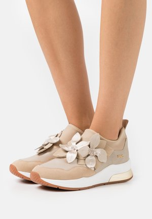 KARLIE - Sneakersy niskie - sand