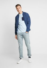 Lyle & Scott - CONTRAST POCKET - T-shirt med print - pool blue/navy - 1