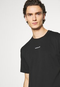 adidas Originals - LINEAR REPEAT UNISEX - Print T-shirt - black - 3