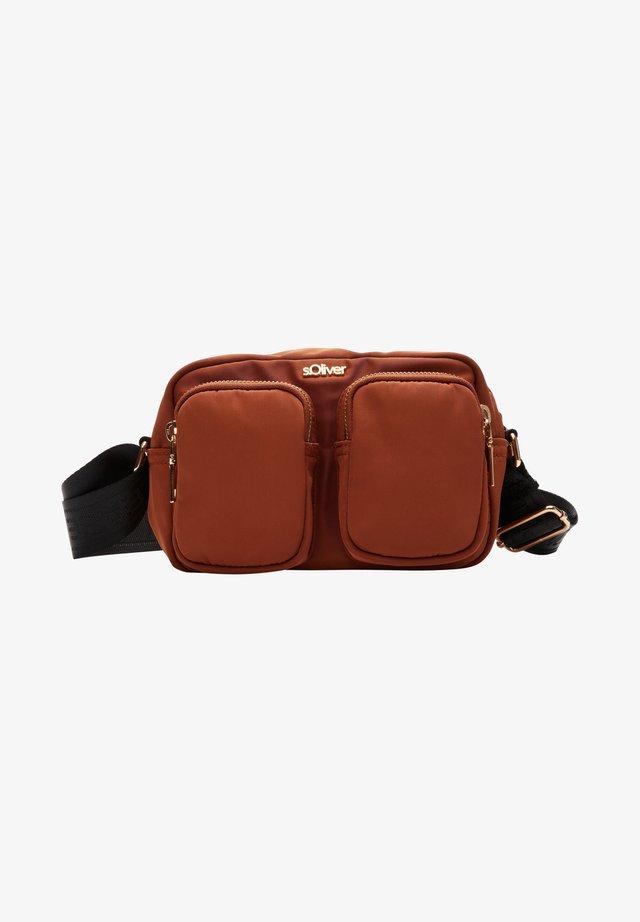 MIT WORDING-DETAIL - Across body bag - cognac