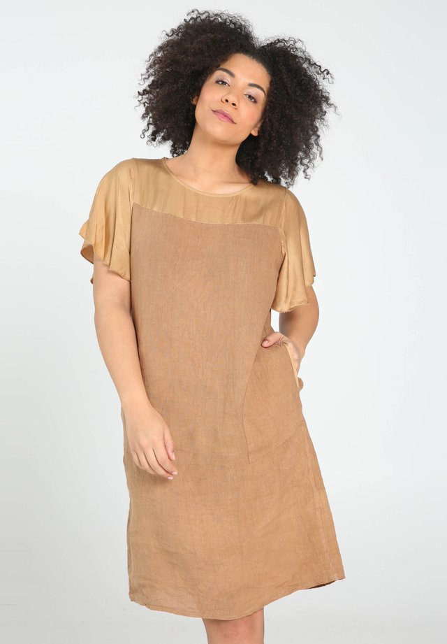 MIT SEIDIGEN ÄRMELN - Korte jurk - caramel