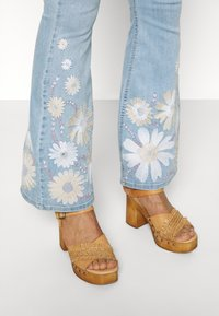 Fabienne Chapot - EVA EXTRA FLARE EMBRO  - Flared Jeans - light denim - 4