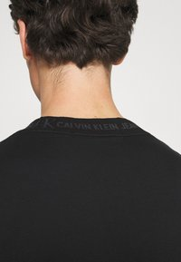 Calvin Klein Jeans - LOGO TEE UNISEX - Print T-shirt - black - 4