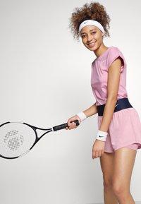 Nike Performance - SHORT - Träningsshorts - elemental pink/white - 3