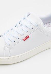 Levi's® - CAPLES - Sneakersy niskie - regular white - 5