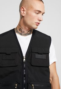 Glorious Gangsta - SOLOMON UTILITY VEST - Väst - black - 3