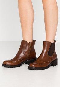 Gabor Comfort - Kotníkové boty - whisky - 0
