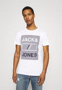 Jack & Jones - JCOROJAR TEE - T-shirt med print - white - 0