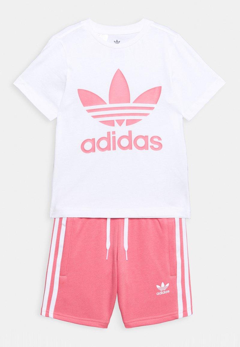 adidas Originals - TEE SET UNISEX - Shorts - white/hazy rose