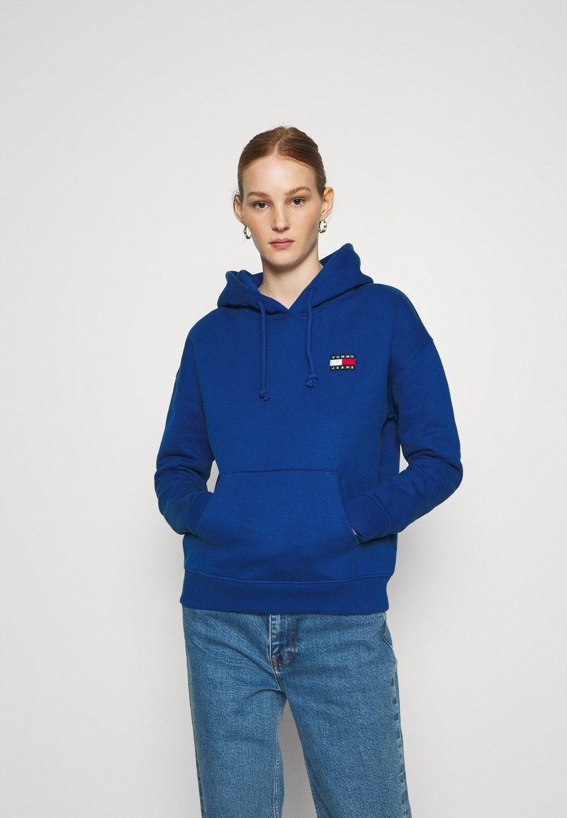Tommy Jeans - BADGE HOODIE - Bluza z kapturem - providence blue