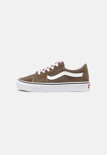 SK8-LOW UNISEX - Skateboardové boty - walnut/true white