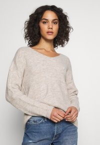 Vero Moda - VMCREWLEFILE V NECK - Strickpullover - birch - 0