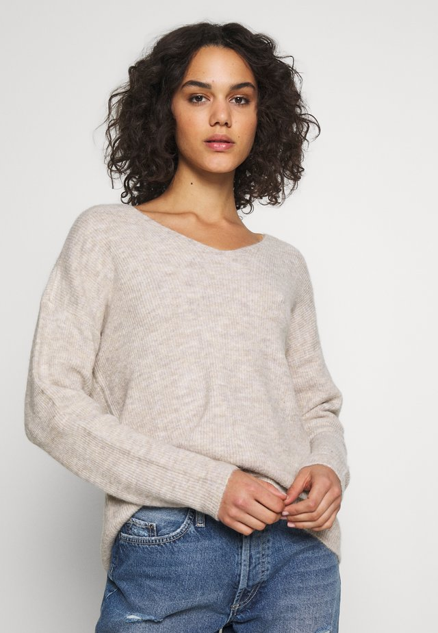 VMCREWLEFILE V NECK - Strickpullover - birch