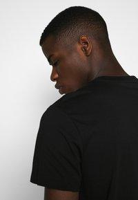 Calvin Klein Jeans - OUTLINE LOGO HEM - Print T-shirt - black - 3