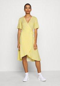 Moss Copenhagen - ISALIE TURID WRAP DRESS - Denní šaty - panana - 0