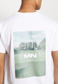 Mennace - CLUB TENNIS COURT UNISEX - Print T-shirt - white - 6