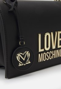 Love Moschino - NEW LOGO CHAIN FLAP XBODY - Across body bag - black - 4