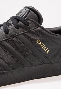 adidas Originals - GAZELLE - Trainers - core black - 5