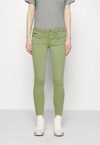 Freeman T. Porter - ALEXA CROPPED NEW MAGIC - Pantalones - turf green - 0
