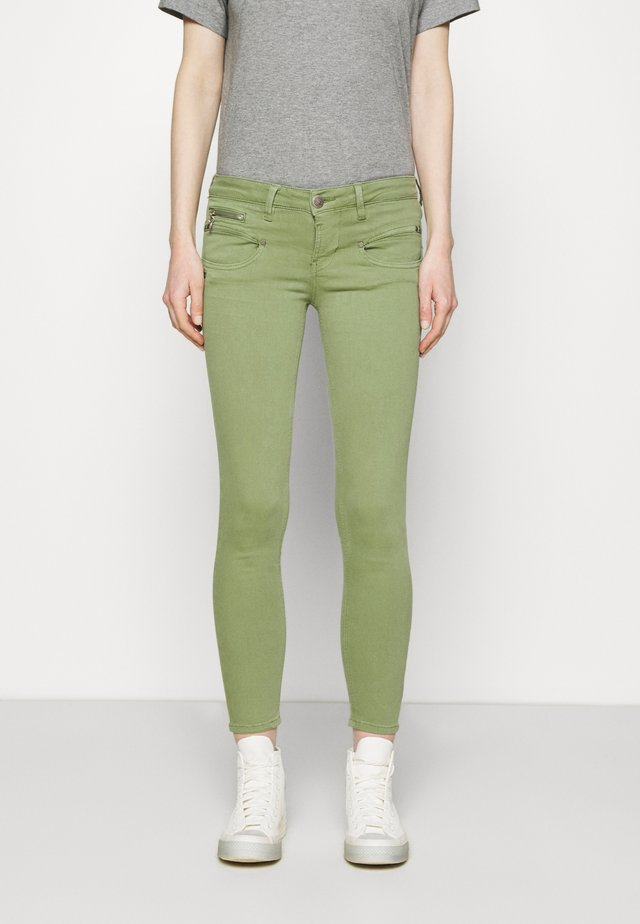 ALEXA CROPPED NEW MAGIC - Pantalon classique - turf green