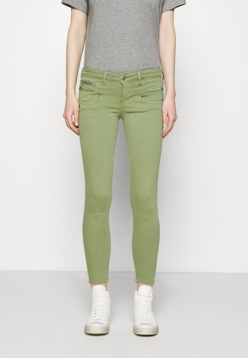 Freeman T. Porter - ALEXA CROPPED NEW MAGIC - Pantalones - turf green