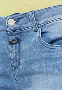 CLOSED - BAKER MID WAIST CROPPED LENGTH - Slim fit jeans - mid blue - 3