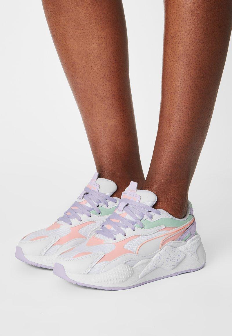 Puma - RS-X³PASTEL MIX - Sneakers laag - puma white/elektro peach/mist green