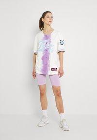 FUBU - VARSITY TIE DYE BASEBALL - T-shirt con stampa - white - 1