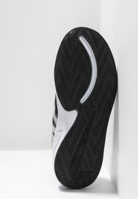 Nike Performance - TEAM HUSTLE QUICK 2 UNISEX - Basketbalové boty - black/white/anthracite/volt - 5