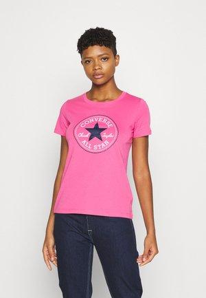 CHUCK TAYLOR PATCH TEE - Triko spotiskem - bold pink
