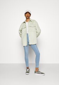Monki - BENNIE - Skjorte - green dusty light - 1