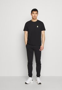 Bricktown - SMILING MINION SMALL - Print T-shirt - black - 1