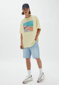 PULL&BEAR - Print T-shirt - light yellow - 1