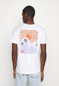 Jack & Jones - JORMAXIS TEE CREW NECK  - Print T-shirt - cloud dancer - 2