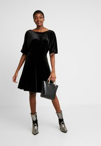 Monki - ADALIA DRESS - Vestido de cóctel - black topaz - 2