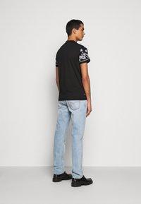 Versace Jeans Couture - PLIGHT COMPACT - Triko spotiskem - nero - 2