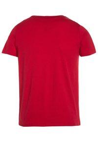 Guess - CORE JUNIOR  - T-shirt imprimé - rebelle red - 1