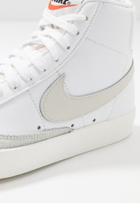 Nike Sportswear - BLAZER MID '77 - Sneakers hoog - white/light bone/sail - 3