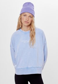 Bershka - MIT PRINT UND STICKEREI  - Sweatshirt - light blue - 0